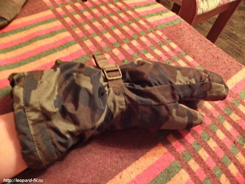 "Рукавицы сбоку. Так как утеплителя два слоя, то ладонь у рукавицы не ""плоская"", а объёмная."