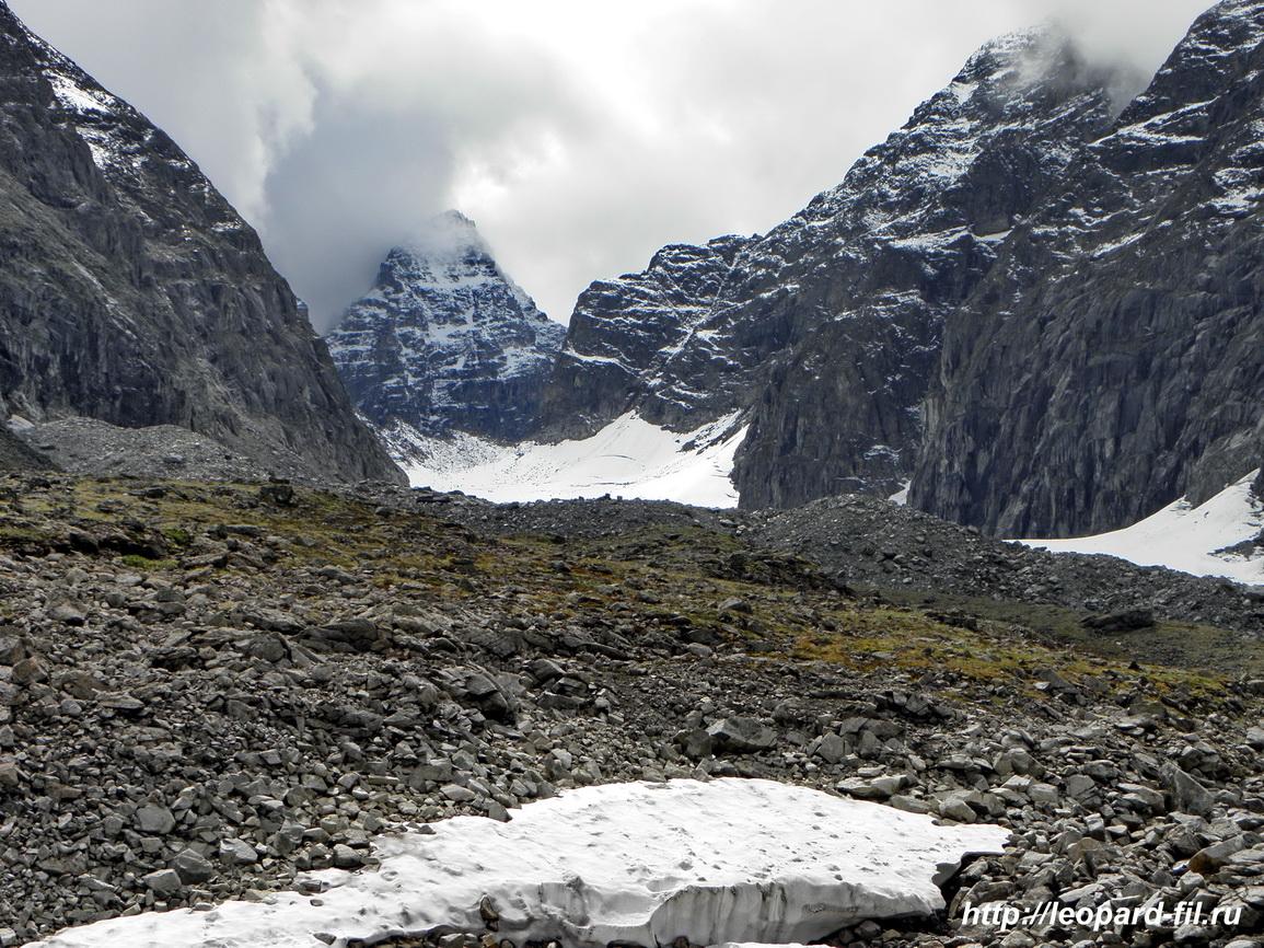 Ледник Н.Азаровой поднимается к пер. Три Жандарма. Над перевалом возвышается громада пика БАМ.