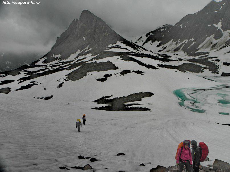Подходы к перевалу в иные годы скованы льдом.