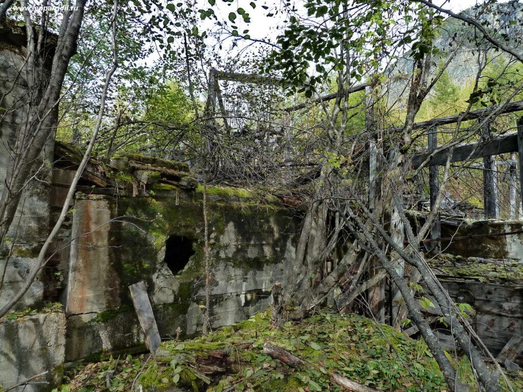 Развалины обогатительной фабрики хр. Кодар